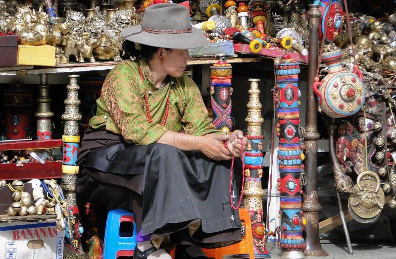 Retrato del vendedor en el templo de Jokhang en Tíbet foto de archivo