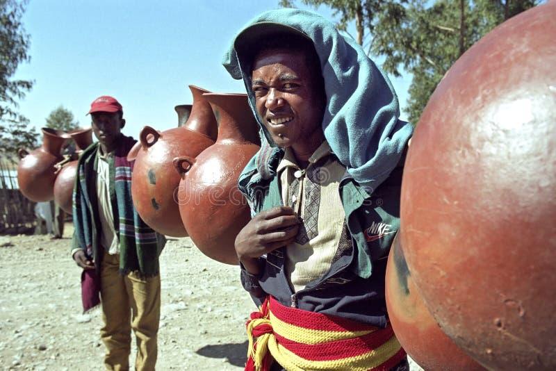 Retrato del vendedor etíope que arrastra el suyo mercancía imagen de archivo
