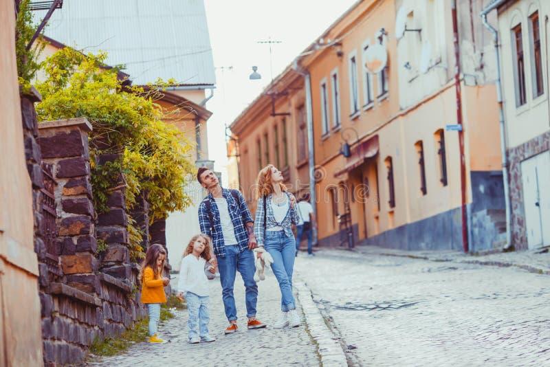 Retrato del verano de la familia que da un paseo alrededor de la ciudad foto de archivo