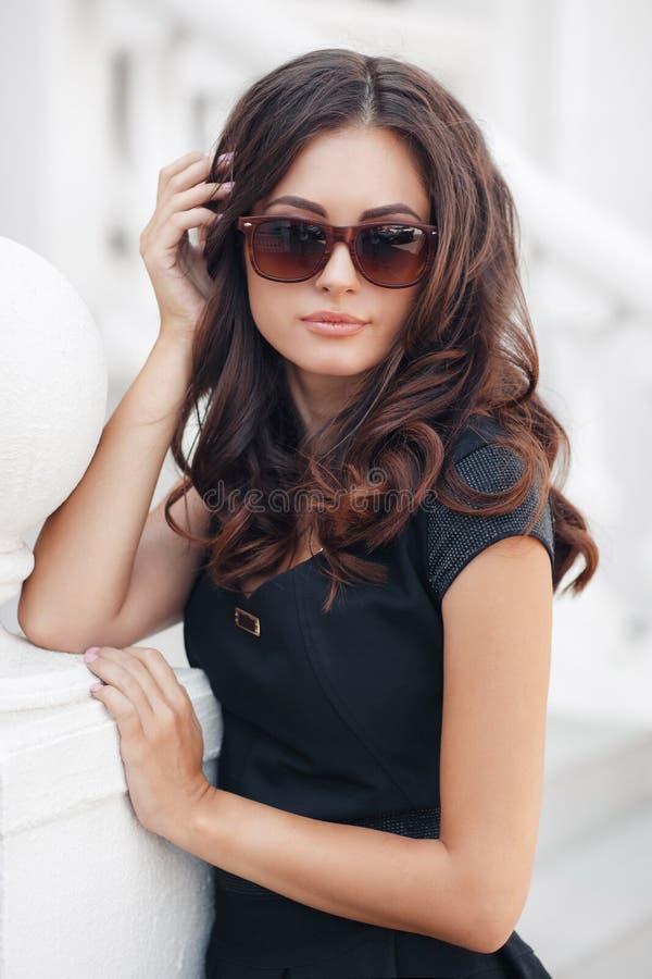 Retrato del verano de la mujer hermosa en la ciudad imagen de archivo libre de regalías