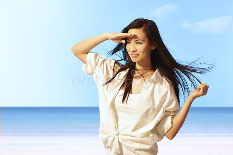 Retrato del verano de la mujer joven en la playa fotos de archivo
