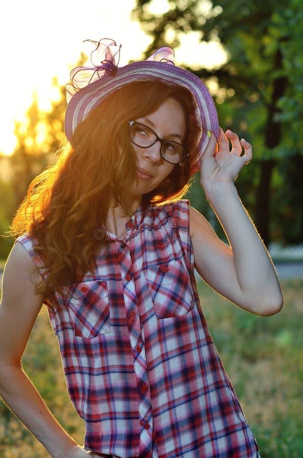 Retrato del verano de la mujer pelirroja joven imagen de archivo libre de regalías