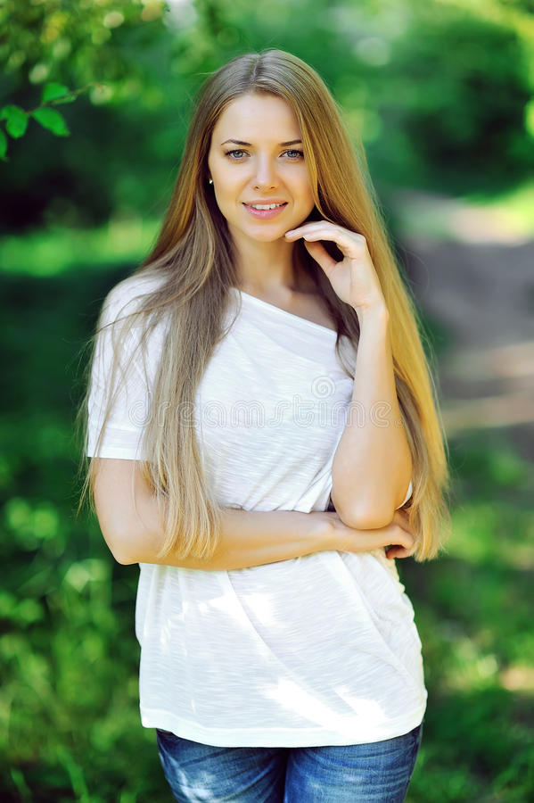 Retrato del verano de la mujer rubia sonriente de los jóvenes al aire libre foto de archivo libre de regalías