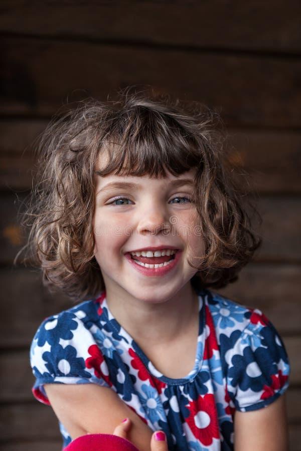 Retrato del verano de una muchacha sonriente bonita linda del preeschool con el pelo enredado imagen de archivo