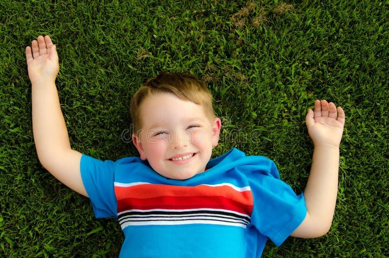 Retrato del verano del niño feliz imagenes de archivo