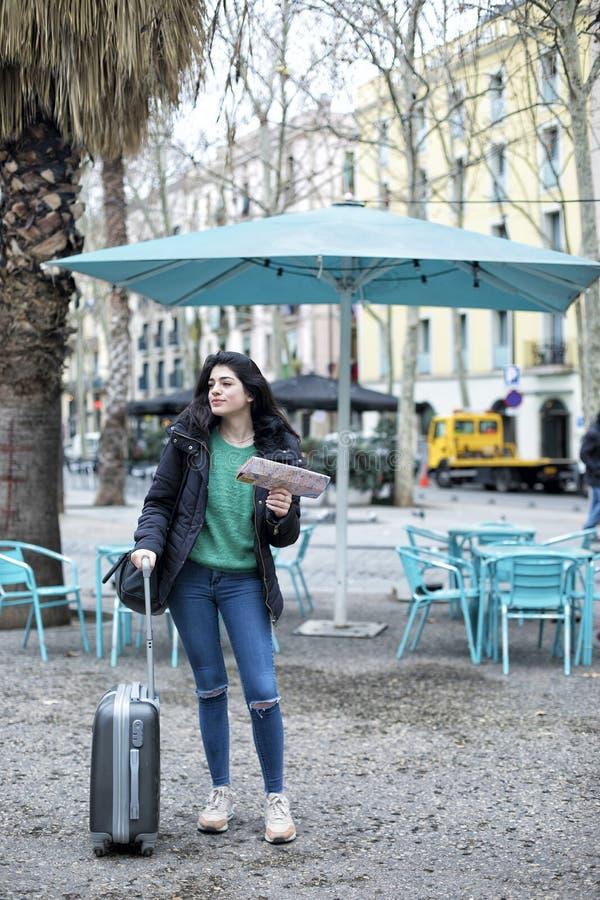 Retrato del viajero casual hermoso feliz de la mujer que busca la dirección en mapa de ubicación fotos de archivo
