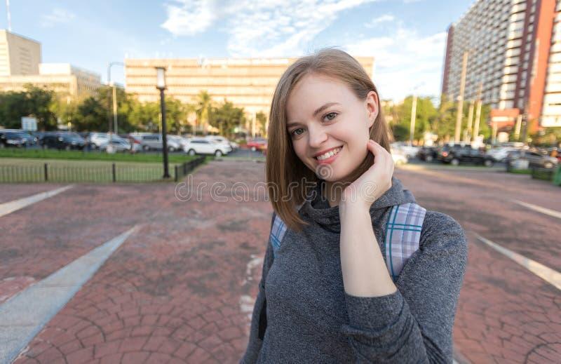 Retrato del viajero caucásico sonriente joven de la mujer con la mochila fotos de archivo