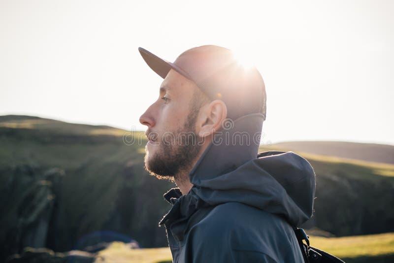 Retrato del viajero joven hermoso en puesta del sol imagen de archivo