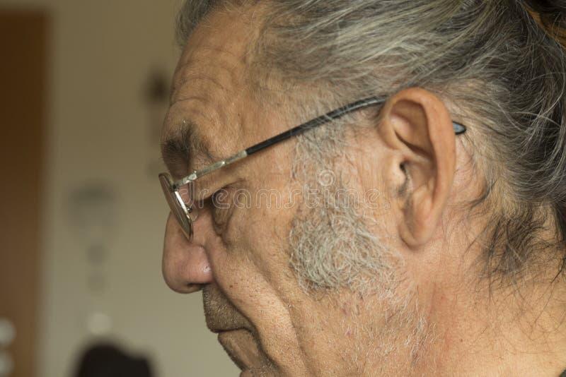 Retrato del viejo hombre con los vidrios de lectura foto de archivo