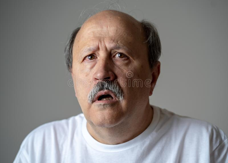 Retrato del viejo hombre desorientado y confundido que sufre de Alzheimer fotos de archivo