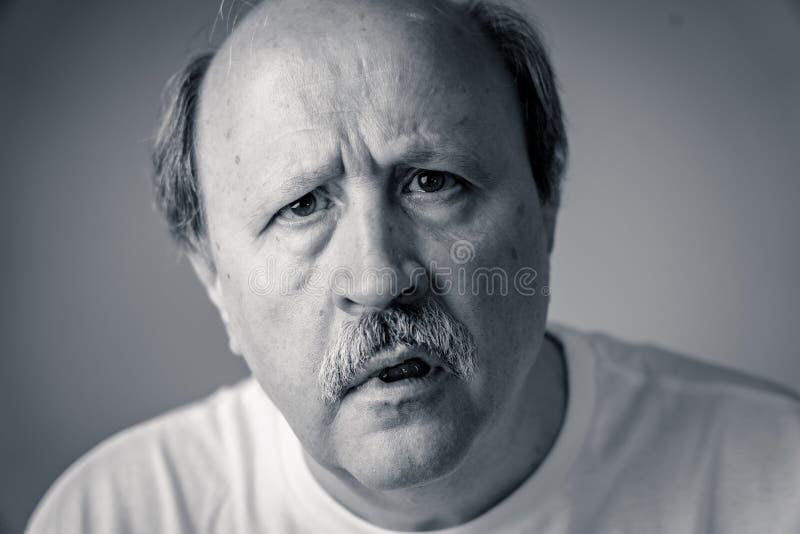 Retrato del viejo hombre desorientado y confundido que sufre de Alzheimer imágenes de archivo libres de regalías