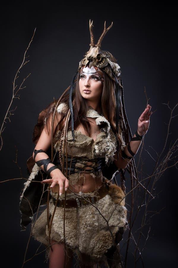 Retrato del vikingo femenino imagenes de archivo