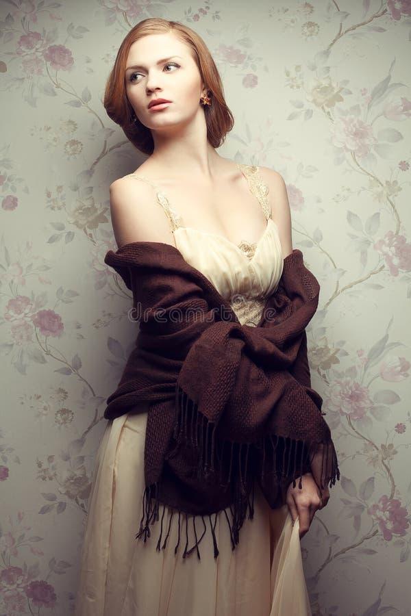 Retrato del vintage de la presentación pelirroja atractiva de la muchacha (del jengibre) imagen de archivo