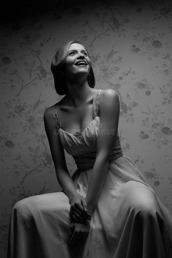Retrato del vintage de la presentación retra atractiva feliz de la muchacha fotos de archivo