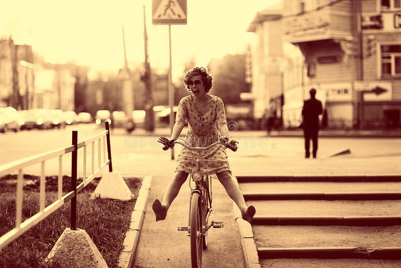 Retrato del vintage de una muchacha con la bici fotografía de archivo
