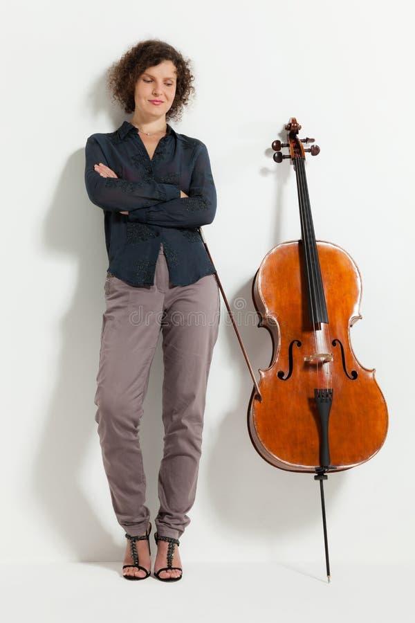 Retrato del violoncelista joven foto de archivo