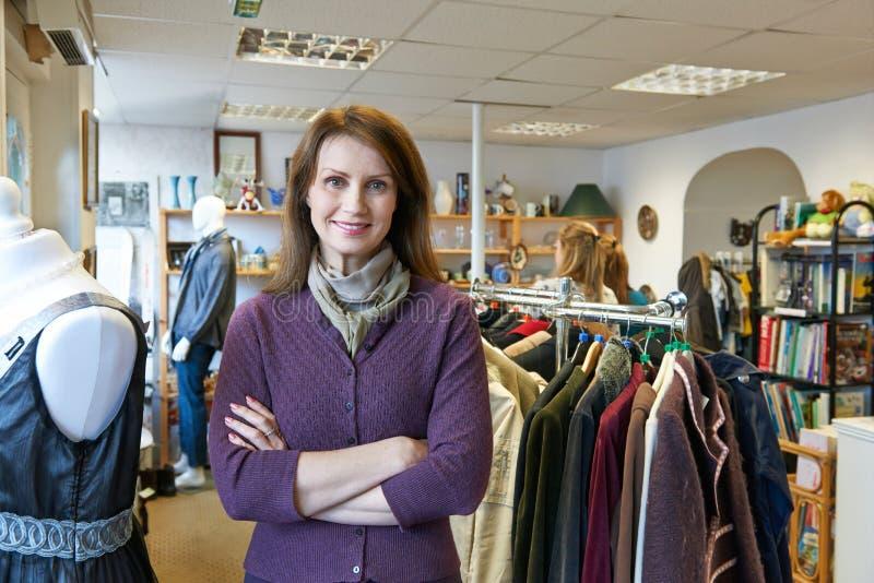 Retrato del voluntario que trabaja en tienda de la caridad foto de archivo