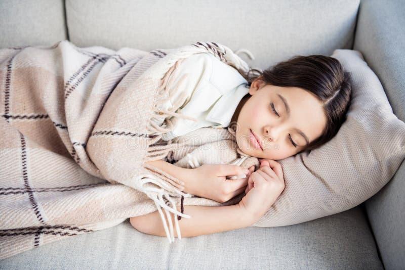 Retrato dela ela menina pre-adolescente sonhadora calma da calma bonito encantador encantador bonita atrativa agradável que encon fotografia de stock