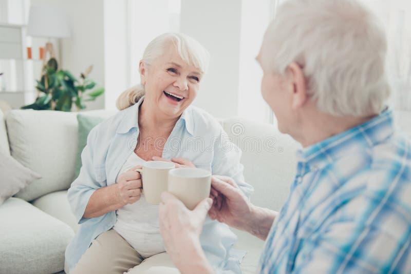 Retrato dela ela o seu ele dois esposos positivos contentes animadores alegres atrativos agradáveis que discutem as notícias que  fotos de stock