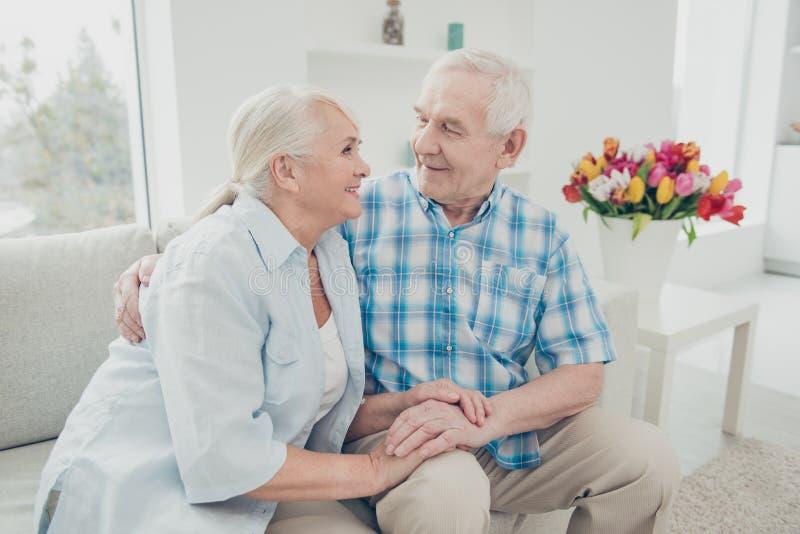 Retrato dela ela o seu ele dois esposos românticos calmos calmos alegres delicados da proposta doce atrativa agradável que guarda imagem de stock