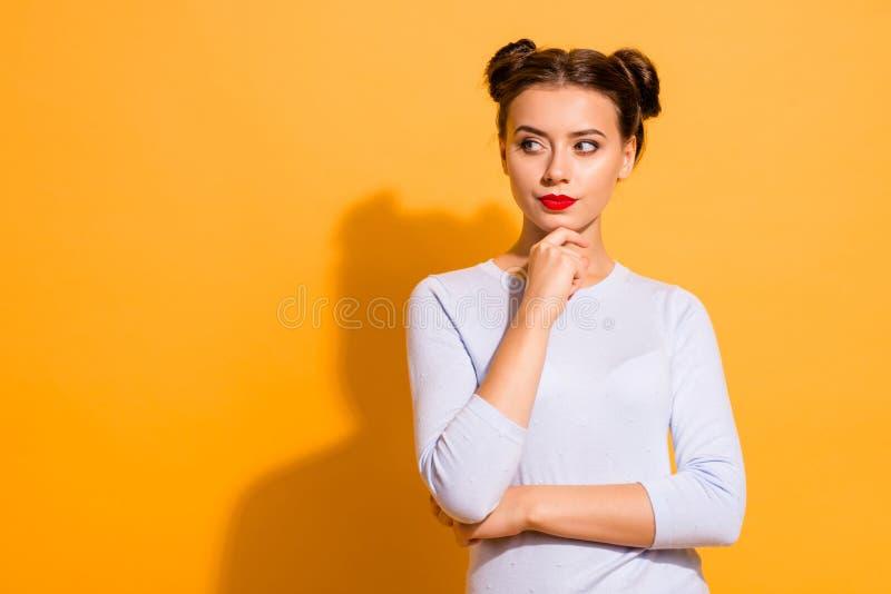Retrato dela ela queolha a menina pensativa glamoroso encantador bonita atrativa que olha de lado planeamento tocante do queixo fotos de stock royalty free