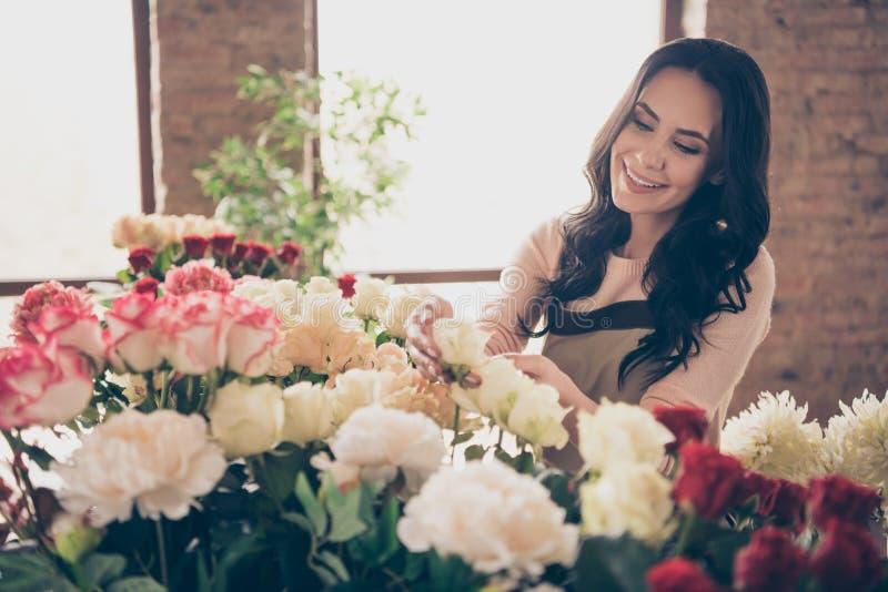 Retrato dela ela queolha a morena ondulado-de cabelo madura alegre bonito encantador adorável bonita atrativa lindo foto de stock royalty free