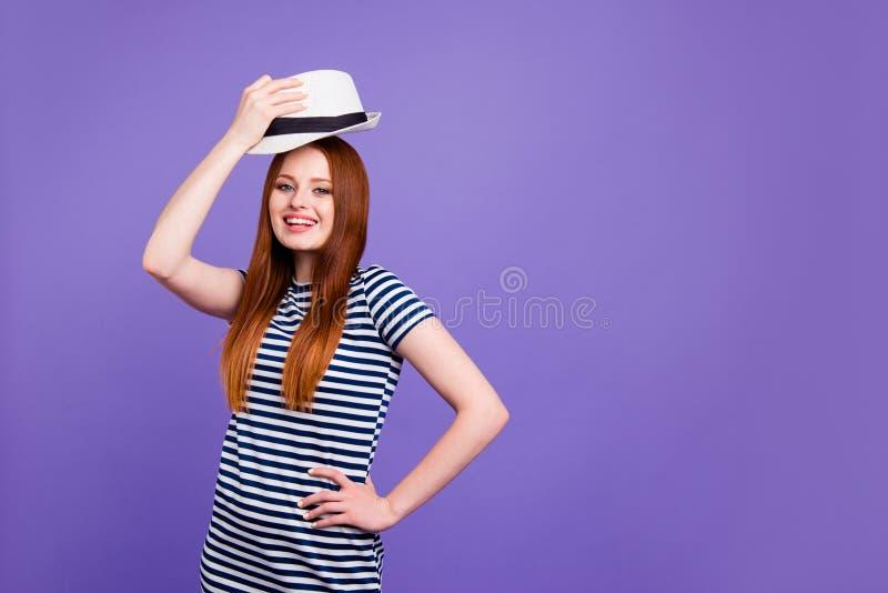 Retrato dela ela queolha o jovem bonito bonito doce encantador atrativo que põe o desgaste do chapéu sobre isolado sobre fotografia de stock royalty free