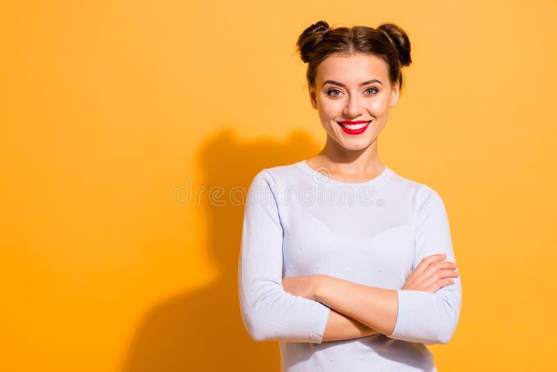 Retrato dela que queolha a menina otimista animador alegre glamoroso encantador fascinante bonita atrativa se dobrou foto de stock royalty free