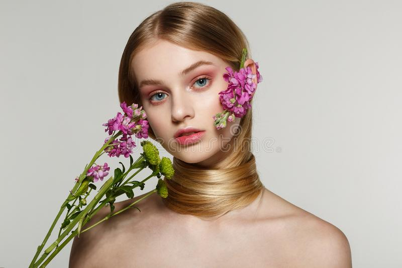 Retrato delicado da beleza de mola de uma menina bonita foto de stock royalty free