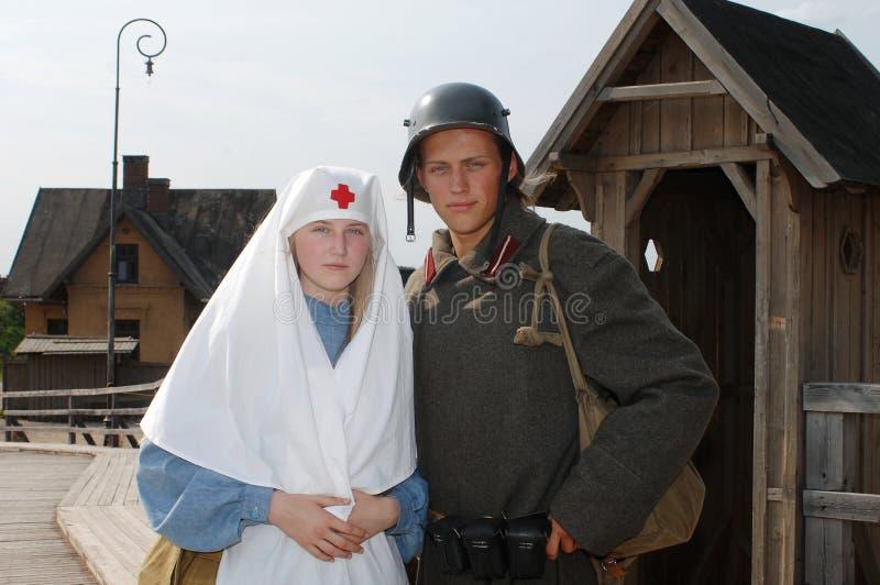 Retrato denominado retro com enfermeira e soldado fotografia de stock