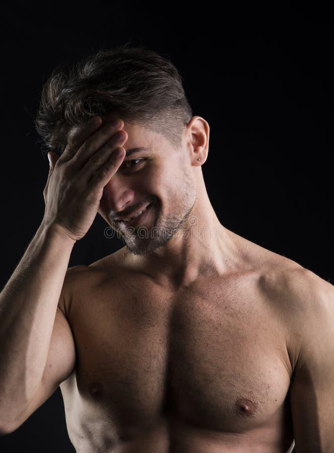 Retrato descamisado muscular del hombre joven aislado fotografía de archivo libre de regalías