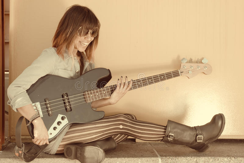 Retrato descolorado de la mujer de risa que toca la guitarra fotos de archivo libres de regalías