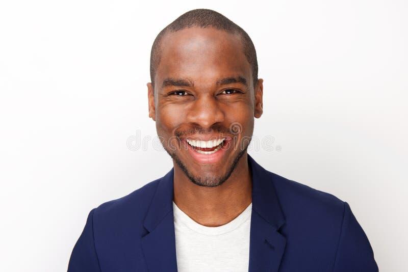 Retrato dianteiro do homem negro considerável que sorri contra o fundo branco isolado foto de stock royalty free