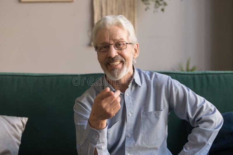 Retrato disparado principal do homem maduro de sorriso que olha a câmera foto de stock
