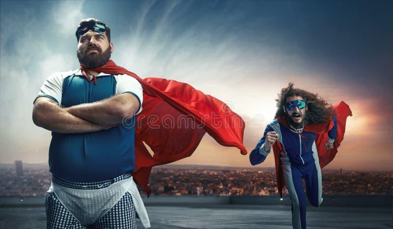Retrato divertido de dos superhéroes foto de archivo