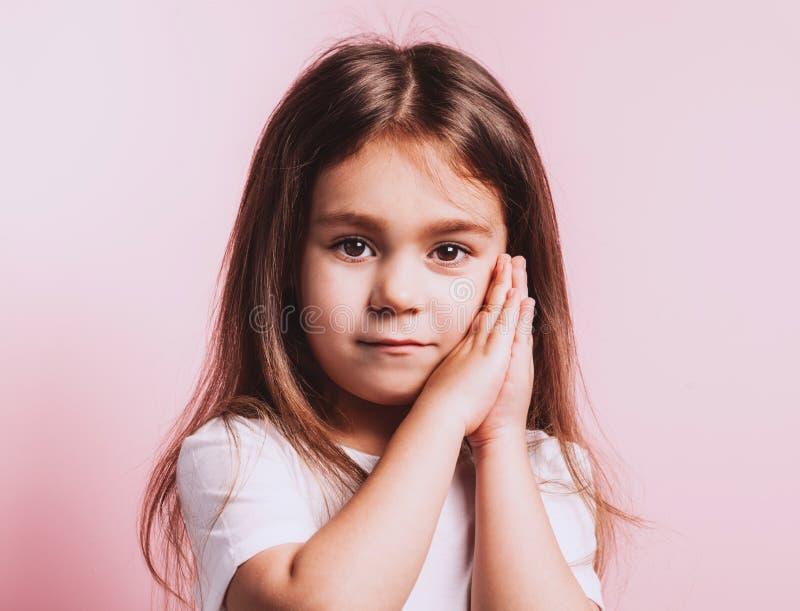 Retrato divertido de la ni?a en fondo rosado fotografía de archivo libre de regalías
