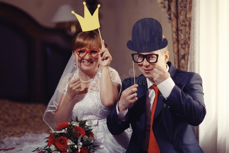 Retrato divertido de la novia y del novio imagen de archivo libre de regalías