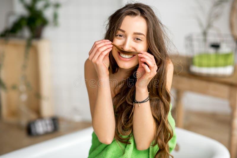 Retrato divertido de un ni de la mujer el cuarto de baño fotografía de archivo