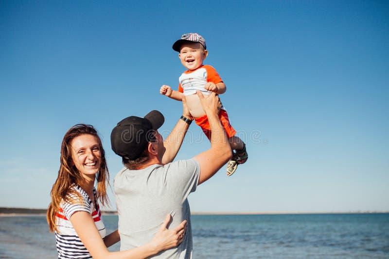 Retrato divertido de una familia feliz en la playa foto de archivo