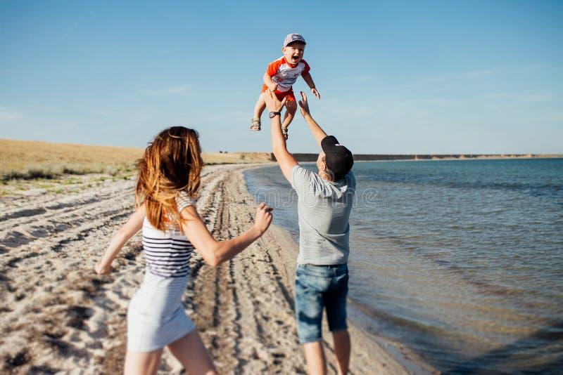 Retrato divertido de una familia feliz en la playa fotos de archivo libres de regalías