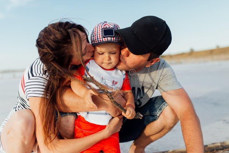 Retrato divertido de una familia feliz en la playa imagen de archivo