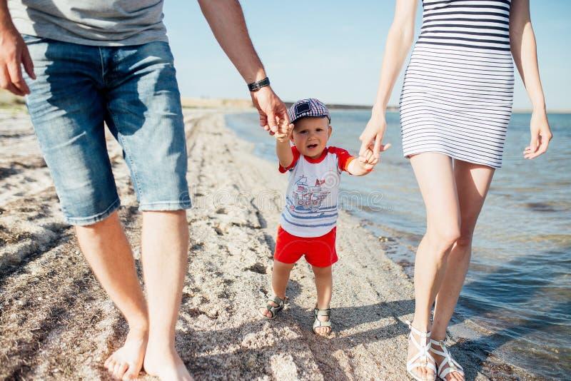 Retrato divertido de una familia feliz en la playa imagen de archivo libre de regalías