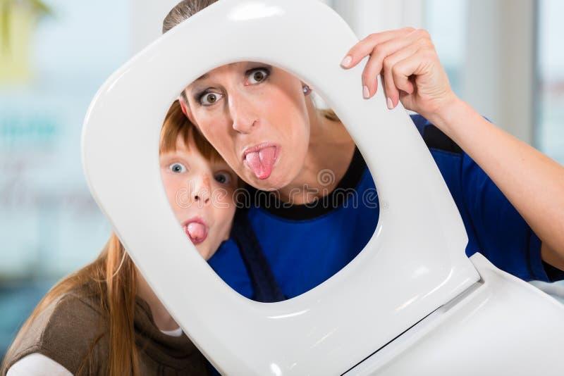 Retrato divertido de una mujer y de su hija que miran la cámara thr imágenes de archivo libres de regalías