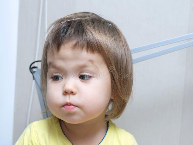 Retrato divertido del bebé, cara linda del niño con las mejillas dulces lindas fotografía de archivo