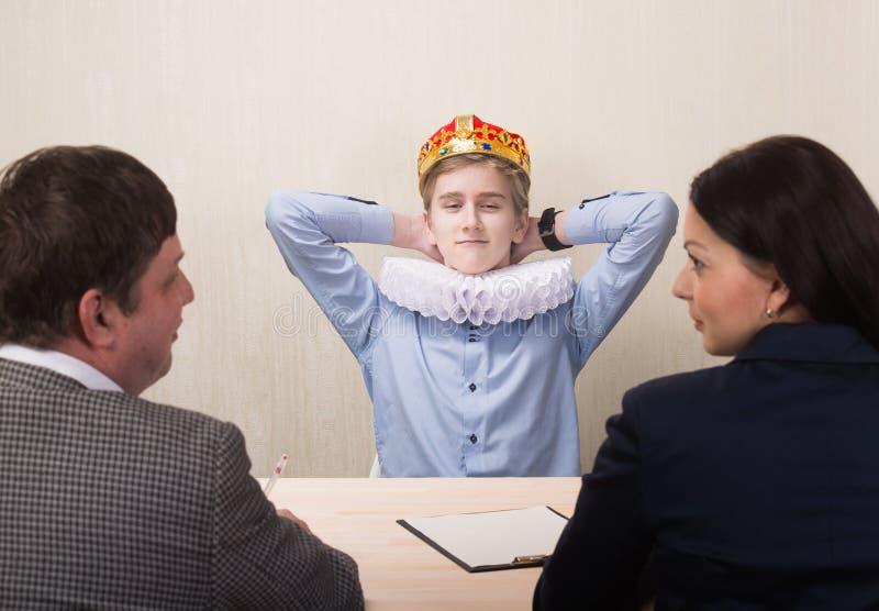 Retrato divertido del hombre joven durante entrevista de trabajo imagenes de archivo