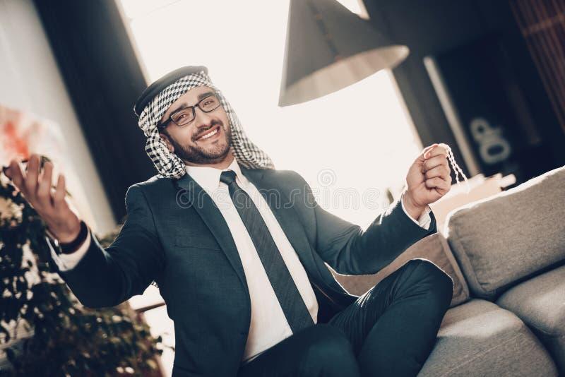 Retrato do árabe de sorriso que joga acima suas mãos fotografia de stock