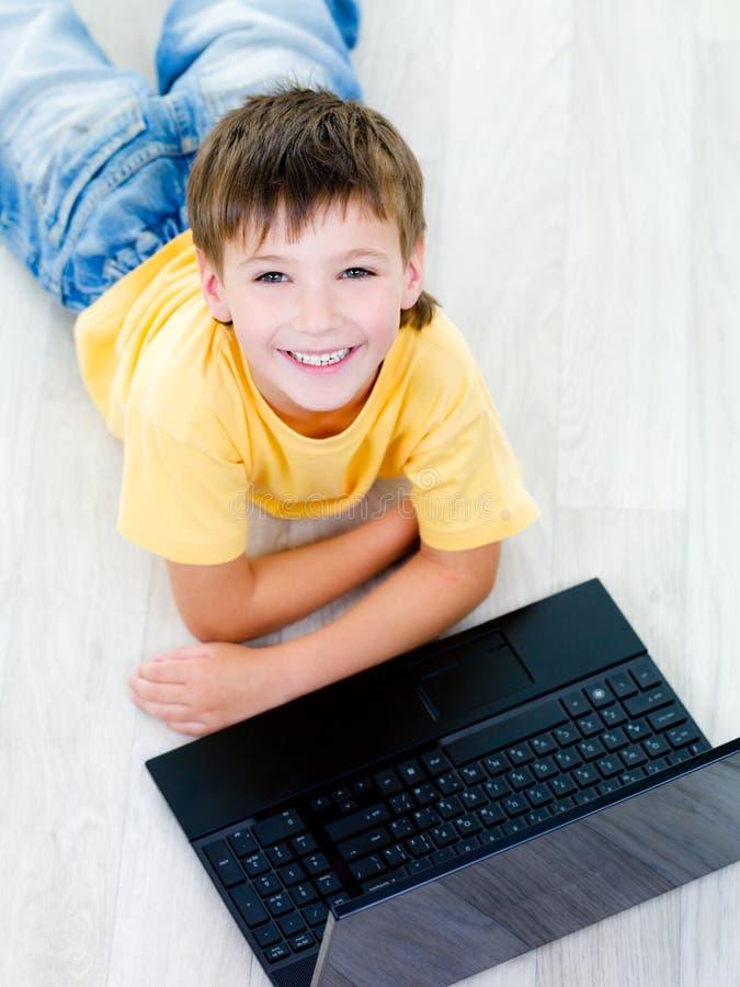 Retrato do ângulo elevado do menino com portátil fotos de stock