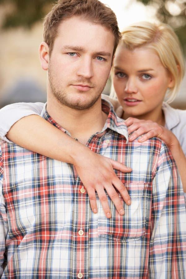 Retrato do abraço novo romântico dos pares fotos de stock royalty free
