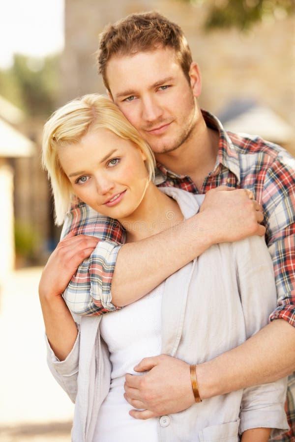 Retrato do abraço novo romântico dos pares fotografia de stock