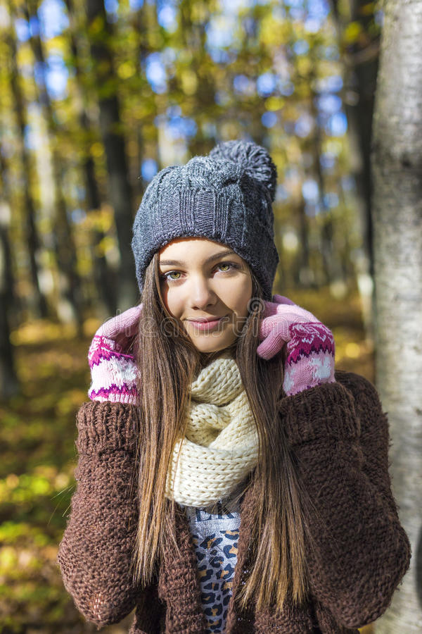 Retrato do adolescente bonito feliz na floresta, imagens de stock royalty free